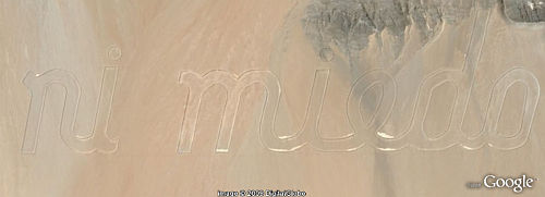 3 km Message bulldozed in desert in Google Earth.  'ni pena ni miedo'
